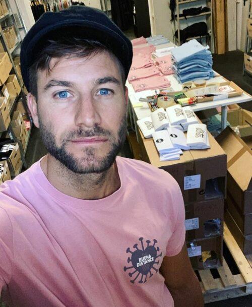 Modemacher Philipp mit den T-Shirts des BUENA DISTANCE SOCIAL CLUB